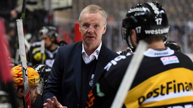 Kari Jalonen spricht mit seinen Spielern.