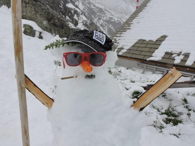 Ein Schneemann, gebaut von den Hüttenwarts-Kinder, steht vor der Gelmer Hütte, auf 2400 Meter.