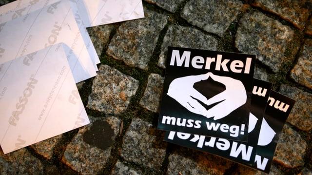 Anti-Merkel-Flugblätter der Identitären vor dem CDU-Haupsitz in Berlin