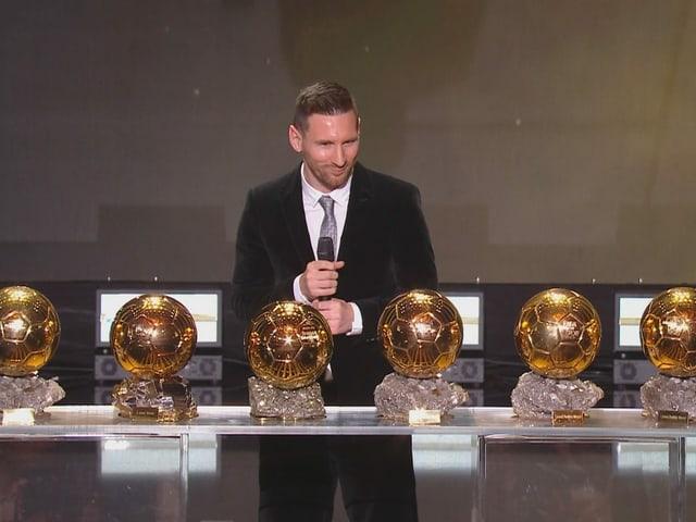 Lionel Messi mit seiner Ballon-d'Or-Sammlung.