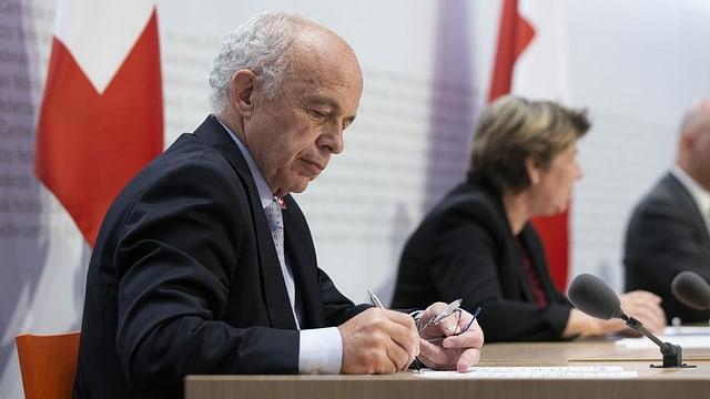 Ueli Maurer bei einer Medienkonferenz, im Hintergrund Bundesrätin Viola Amherd.