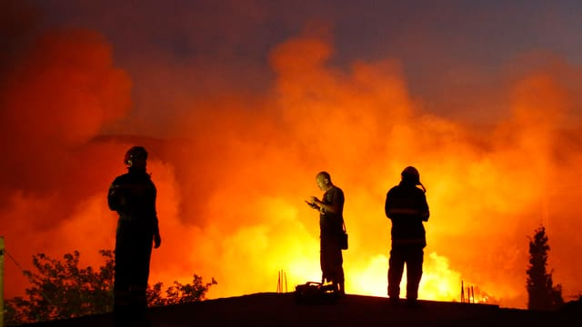 Kroatische Feuerwehrmänner stehen rund um die Uhr im Einsatz.