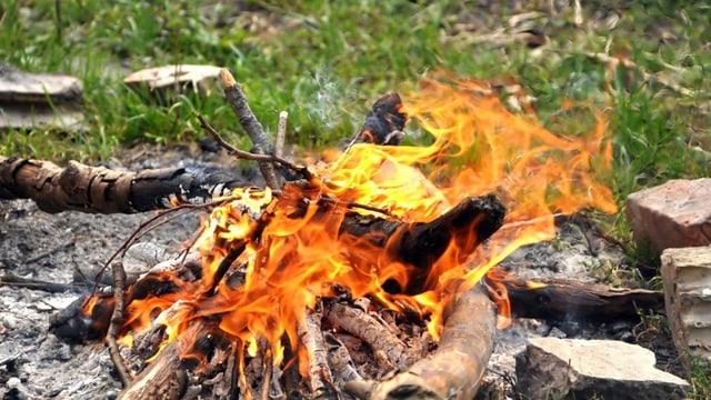 Ein Grillfeuer im Freien.