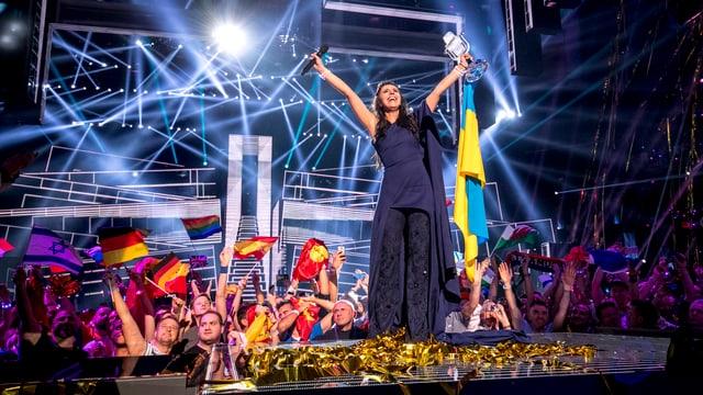 Jamala, die Gewinnerin des Eurovision Song Contests 2016 steht auf der Bühne mit der ukrainischen Flagge
