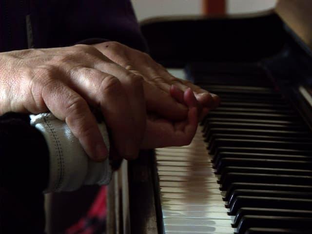 Filmstill: Hände über einer Klaviertastatur.