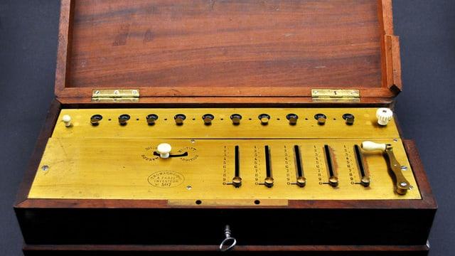 Thomas-Arithmometer, die weltweit erste industriell gefertigte Rechenmaschine.