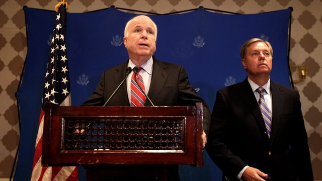 Die US-Senatoren McCain und Graham bei einer Medienkonferenz in Kairo.