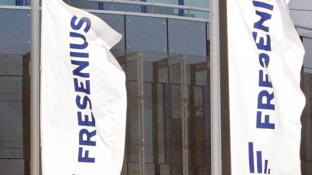 Fresenius-Fahnen vor dem Konzernsitz in Homburg.