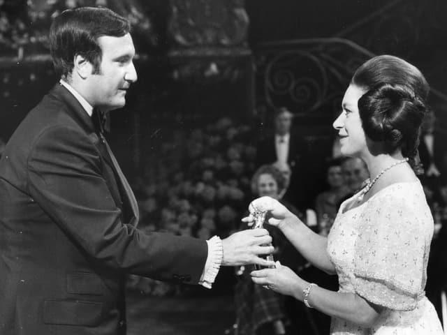 Don Kirschner erhält von Princess Margaret einen Award auf einer Bühne.