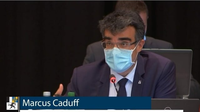 Marcus Caduff durant la sessiun a Tavau.