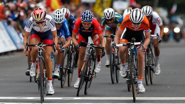 Elizabeth Armitstead (l.) überquert die Ziellinie knapp vor ihren Konkurrentinnen.