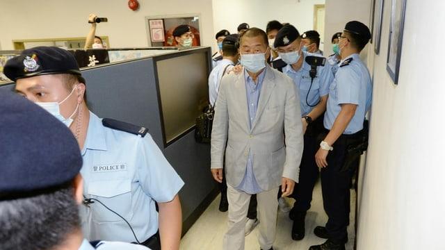 Jimmy Lai wird in den Redaktionsräumen der «Apple Daily» von Beamten abgeführt.