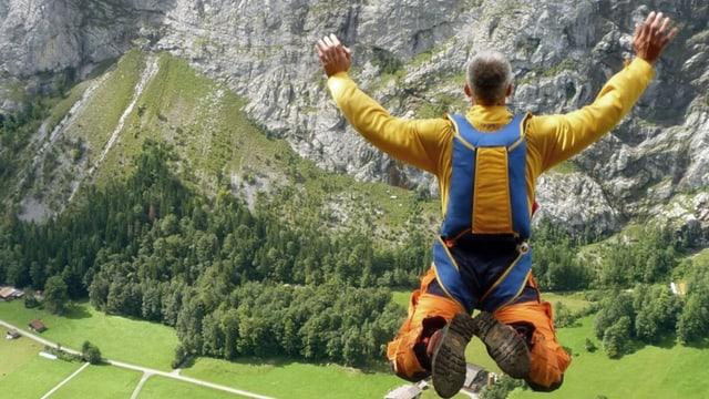 Ein Basejumper springt in Richtung Tal.