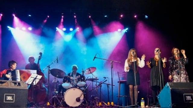 Band auf Bühne
