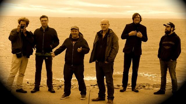 Die sechsköpfige Band Aeronauten am Strand.