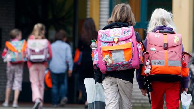 Schüler auf dem Weg zum Schulhaus