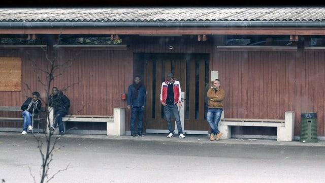Mehrere Aslybewerber stehen auf dem Gelände des Asylzentrums Bremgarten.