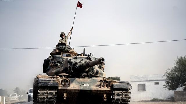 Ein türkischer Panzer beim Einmarsch der türkischen Truppen nach Syrien im August 2016. Ein Soldat schaut aus dem Panzer.