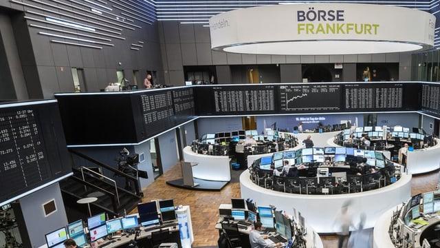 Blick in den Handelsraum der Frankfurter Börse mit runden Arbeitsinseln mit Bildschirmen