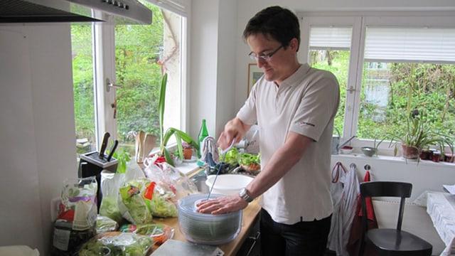 Espresso-Redaktor Tobias Fischer bedient eine Salatschleuder
