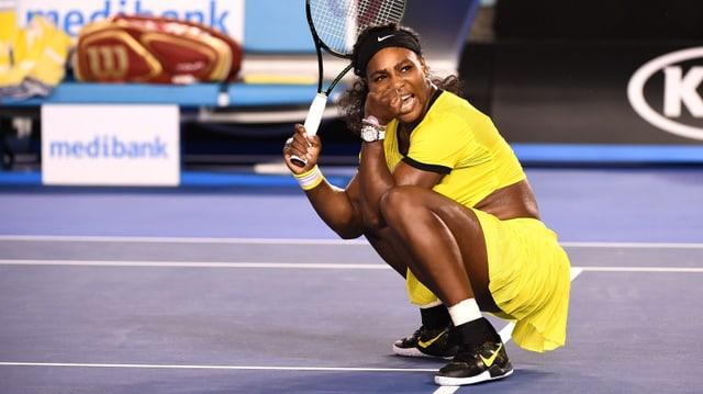 Serena Williams ballt kniend die Faust.