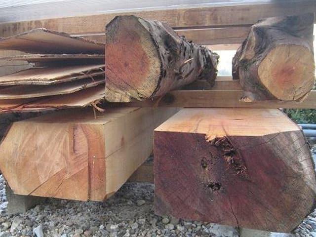 verschiedene Holzsorten übereinander gestapelt.