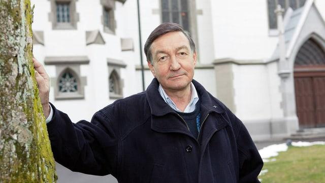 Hugo Gehring vor einer Kirche.
