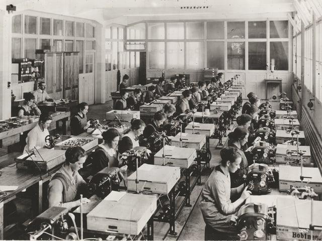Frauen in einer Fabrik.