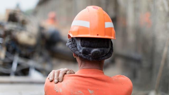 Bauarbeiter mit Helm