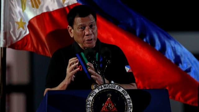 Duterte an einem Rednerpult