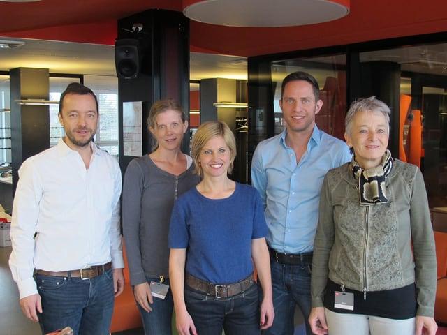 V.l.n.r: Peter Röthlisberger, Kerstin Birkeland Ackermann, Adrian Küpfer, Sabine Dahinden und Theres Arnet-Vanoni stehen nebeneinander im Radiostudio.