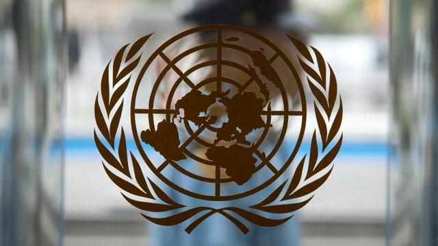UNO-Logo auf einer Glastür