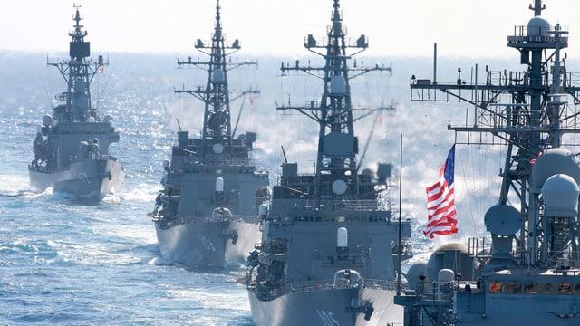 Japanische und US-amerikanische Kriegsschiffe vor der Pazifikinsel Okinawa.