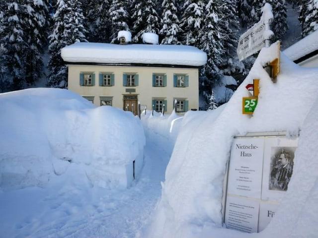 Das Nietzsche-Haus in Sils Maria von hohem Schnee umgeben.
