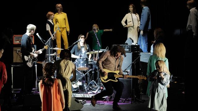 Eine Band, Schlagzeug, Gitarre, Schaufensterpuppen.