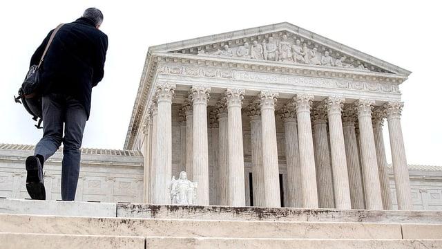 Ein Mann geht die Treppe zum Supreme Court in Washington hoch.