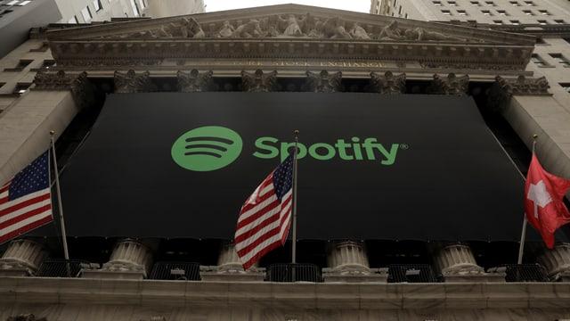 Schweizer Flagge hängt beim Spotify-Börsengang.