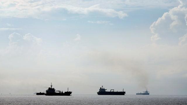 Tankerschiffe auf dem Meer, aus der Ferne fotografiert.