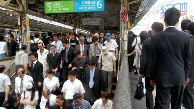 Pendler im Hauptbahnhof Tokyos.