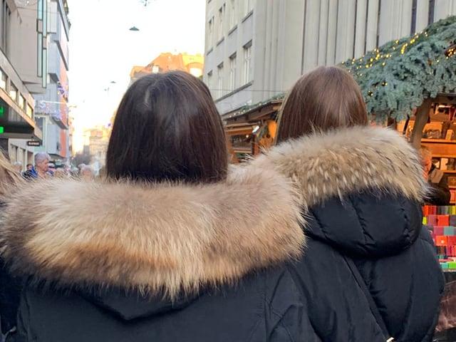 Zwei Frauen mit Marderhund-Kapuzen