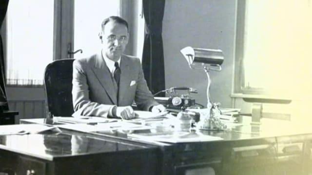 Carl Lutz am Schreibtisch