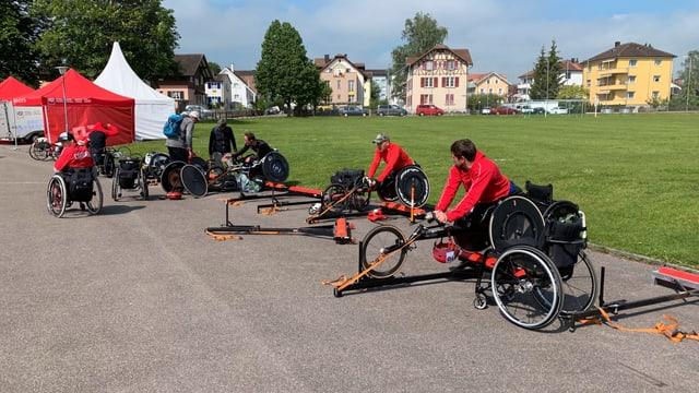 Rollstuhlsportler bereiten sich in Arbon auf den Wettkampf vor. Dritter von rechts Marcel Hug. Der erfolgreichste Rollstuhlsportler der Schweiz.
