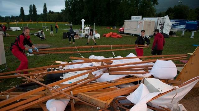 Helfer räumen die Überreste eines Festzeltes weg