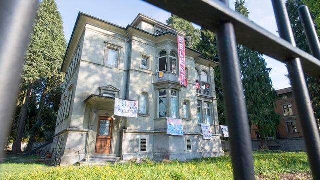Ein Haus an dem Transparente hängen.