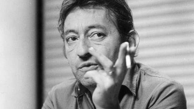 Serge Gainsbourg am Rauchen.