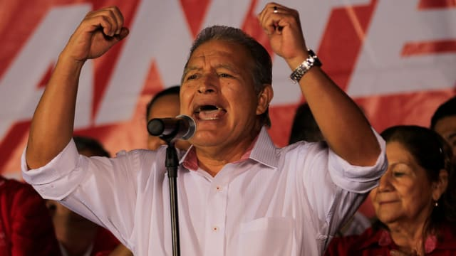 Kandidat Cerén spricht vor seinen Anhängern nach Bekanntgabe der Resultate.