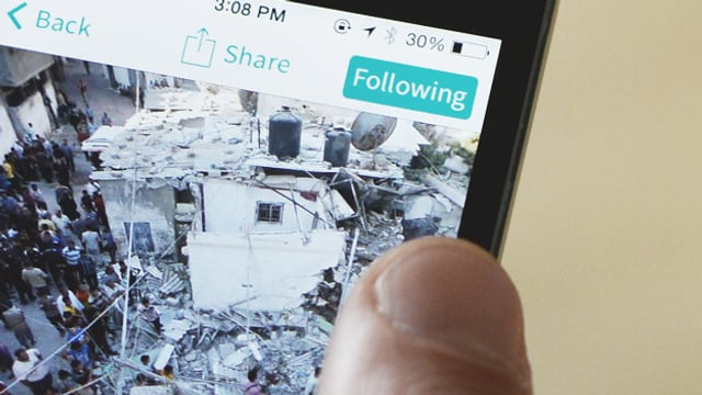 Auf einem Smartphone-Bildschirm ist ein News-Artikel der App «Circa» zu sehen.
