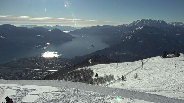 Blick von der schneebedeckten Cimetta, ob Locarno, auf den Lago Maggiore.