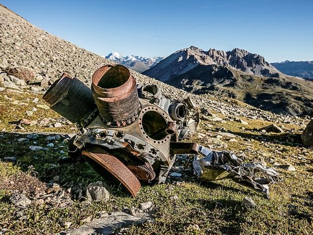 Teile eines abgestürzten US-Bombers liegen auf einer Wiese.