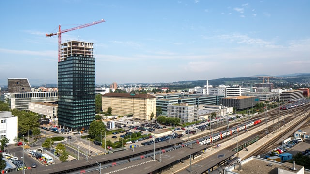 Ein Hochhaus entsteht in der Stadt Zug.